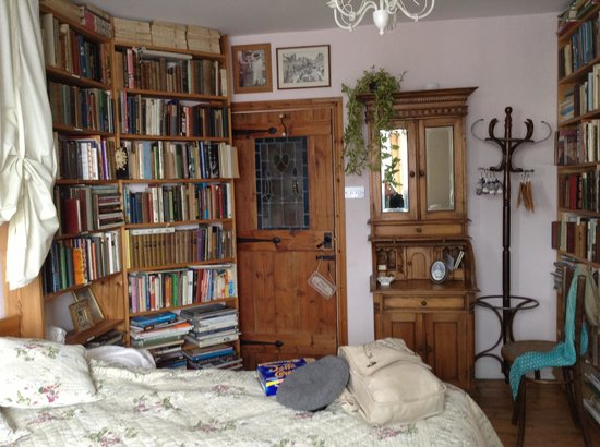Sanctuary Bookshop and Booklover's B&B: Charming Room