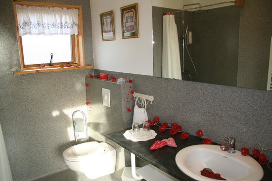 Guesthouse at Hestheimar: Bathroom in the cottage, decorated for newlyweds