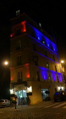 Hotel Eiffel Trocadero: Hotel at night