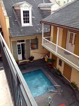 Dauphine Orleans Hotel: upstairs balcony room overlooking pool