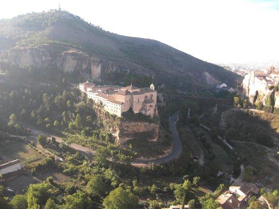 Parador de Cuenca : 旧市街の一番奥からパラドールを望む。
