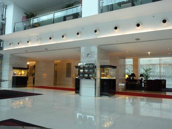 Sheraton Porto Hotel & Spa: Pristine lobby area
