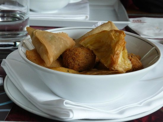 Sheraton Porto Hotel & Spa: Portuguese  sampler appetizer in the bar area.