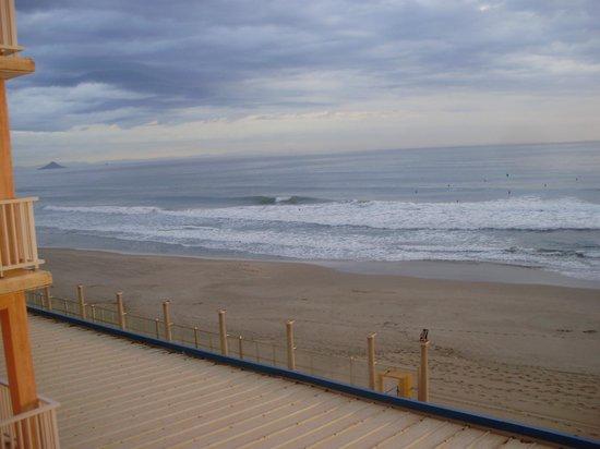 Hotel Entremares: lado izquierdo de la playa desde nuestra terraza al atardecer