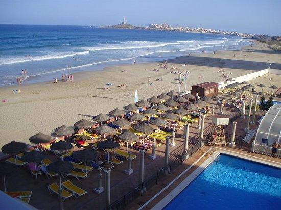 Hotel Entremares: La playa vista desde nuestra habitación. Al fondo el cabo de Palos. Hay unos 3km andando por la