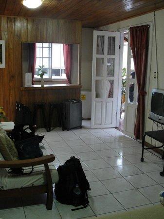 Posada Isla Chica: Foto do quarto, cama, sofá e TV