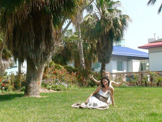 PortAventura Hotel Caribe : лужайка возле номера