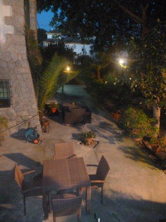 Hostal Los Geranios del Pinar: garden area at the hotel