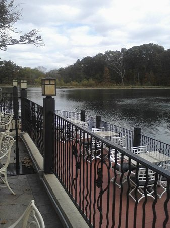 The Copper Dock Winery: Nice view and seating of the lower deck