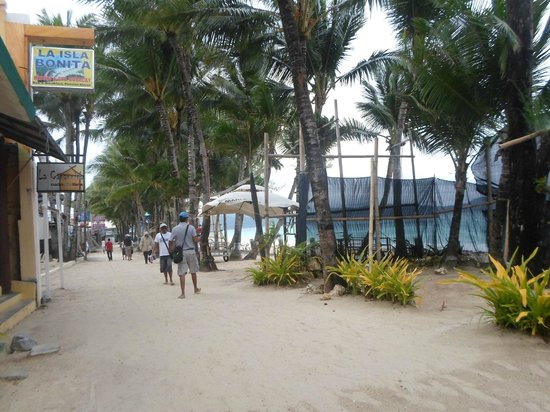 La Isla Bonita Resort : walking side in boracay