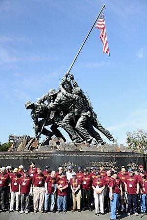 U.S. Marine Corps War Memorial : Veteranen brengen de laatste eer aan hun gevallen kameraden.
