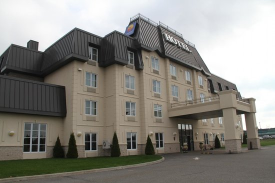 Comfort Inn & Suites Saint-Nicolas: Hotel From Parking Lot