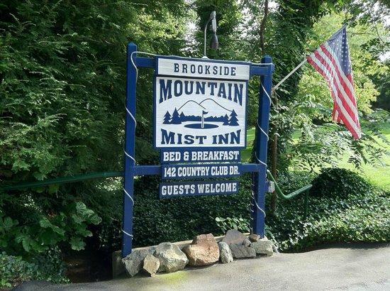 Brookside Mountain Mist Inn: Front road sign at Brookside