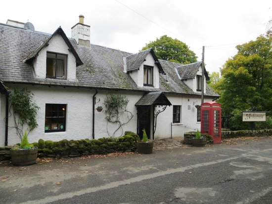 Ardeonaig Hotel: A welcome view for walkers