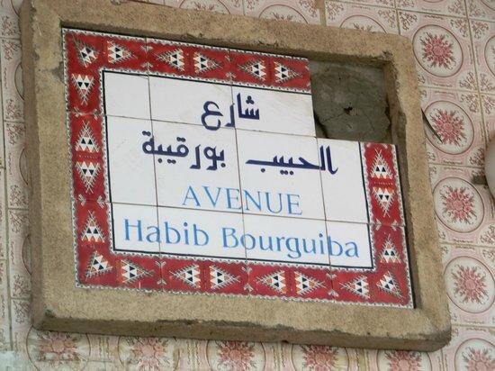 Carthage Tours : Tataouine. In Tunisia si parla arabo e francese e pure le vie sono segnate così