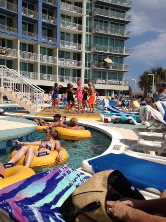 Avista Resort: Fun pool side! Lazy river and dancing poolside!