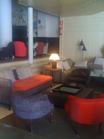 Hotel Las Piramides: One corner of the very spacious lobby area with free WiFi access