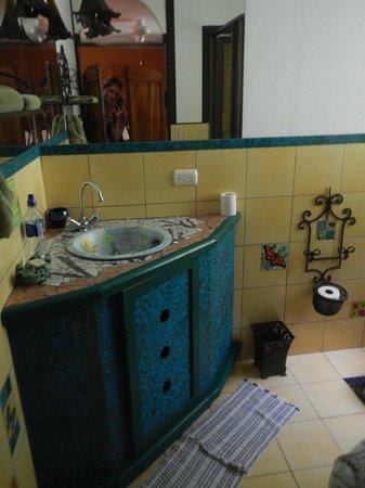 Lucky Bug B & B: lovely tiled bathroom