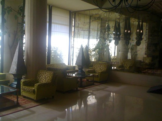 Hotel Las Piramides: Another corner of the very spacious lobby area with free WiFi access