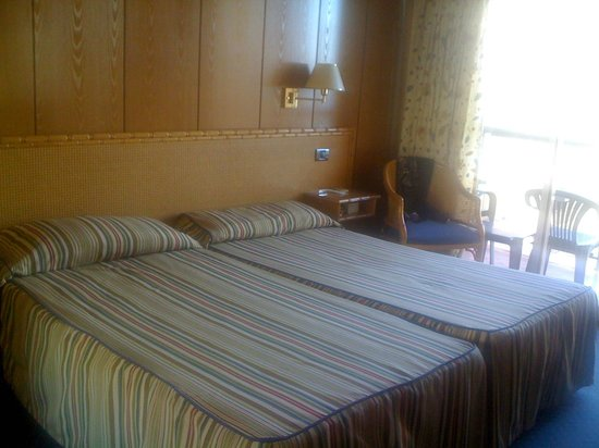 Hotel Las Pirámides: Spotlessly clean double room which has very efficient (and silent!( air conditioning