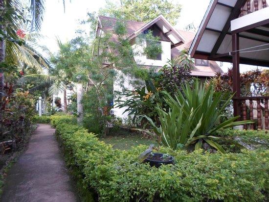 Flower Garden Resort: Hotel Ground towards the pool area.