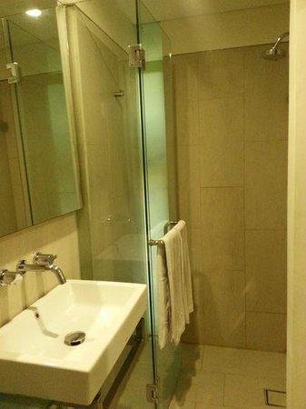 Grandmas Legian Hotel: clean bathroom