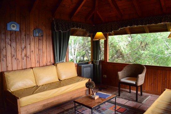 Apart Hotel Cabanas Balcon al Lago: Luminoso y cómodo living con vista