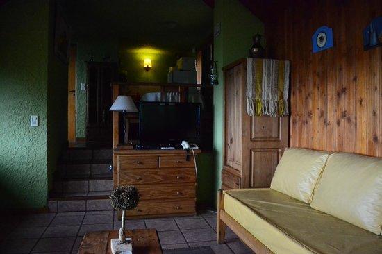 Apart Hotel Cabanas Balcon al Lago: Living con tv