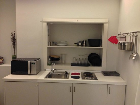 Home Town Suites: Modern Kitchenette