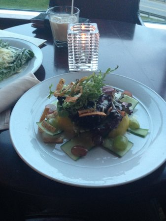 Niagara Falls Marriott Fallsview Hotel & Spa : House Salad at the lounge