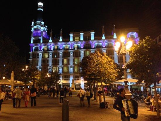 Hotel Room Mate Alicia: Plaza at night