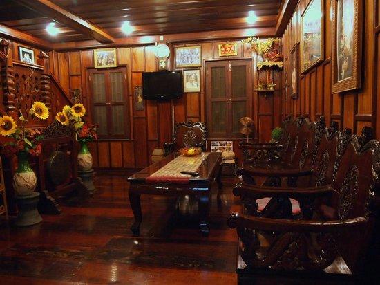 Villa Senesouk: вестибюль в корпусе во дворе