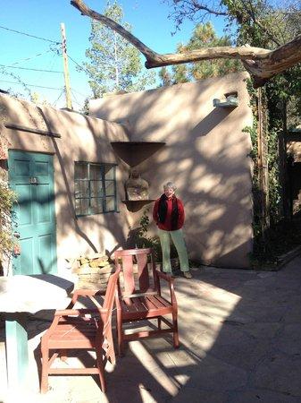 Las Palomas Inn Santa Fe: Outside the room (in the courtyard)