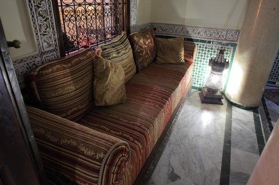 RIad Al Loune: Sofa outside