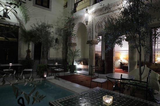 RIad Al Loune : Pool at night