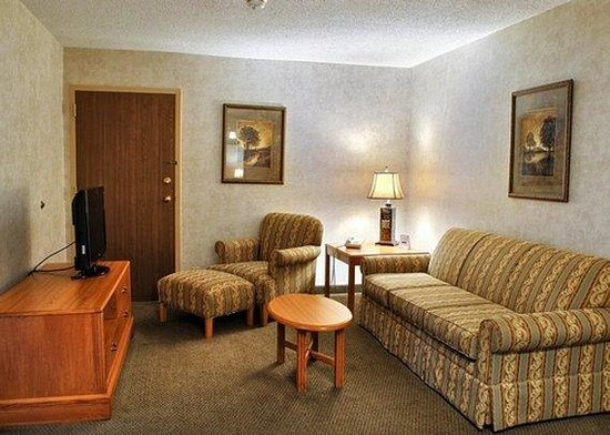 Quality Inn and Suites : King Suite Living room