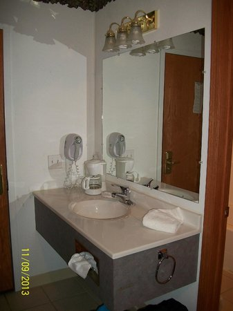 Glacier Gateway Plaza: Sink and mirror separate from toilet and shower