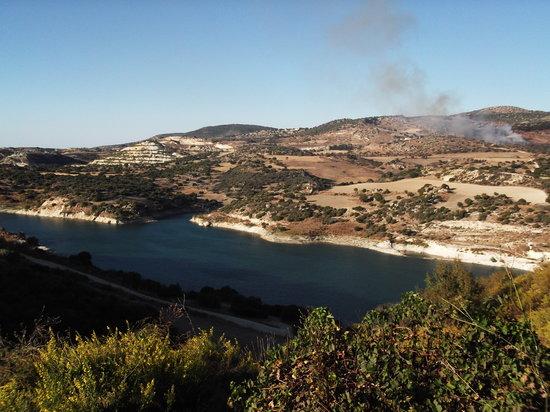 Sa Buneri Taverna: beautiful view of the Evretou Dam, from which the Sa Buneri overlooks