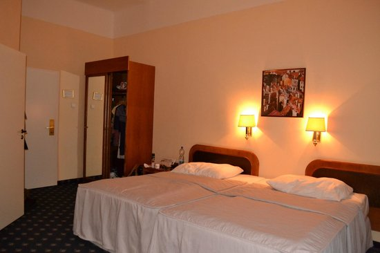 Hotel Kampa-Stara Zbrojnice: Beds and wardrobe