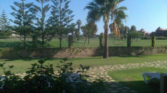 Elba Costa Ballena Beach Hotel: Vista al campo de golf desde el jardín de la habitación