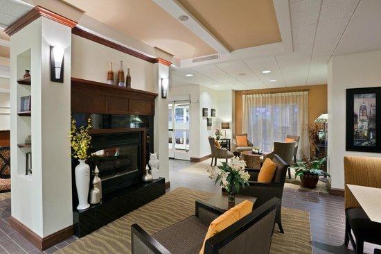 Hampton Inn Clifton Park : Lobby Fireplace
