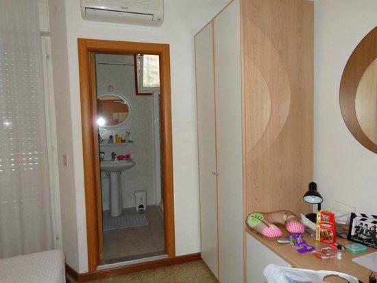 Hotel Meuble Zenith: Вид со стороны входной двери на ванну
