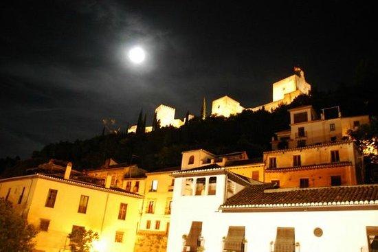 Hotel Zaguan del Darro: La Alhambra iluminada desde el balcón