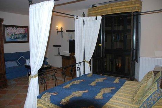 Hotel Zaguan del Darro : cama con el balcón a la calle al fondo