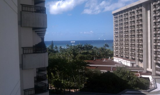 Hale Koa Hotel: An 8th floor room in the front of the hotel with partial ocean view