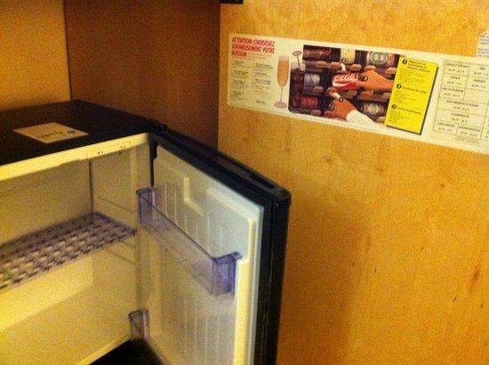 Millennium Hotel Paris Charles de Gaulle : empty and non-working mini-bar