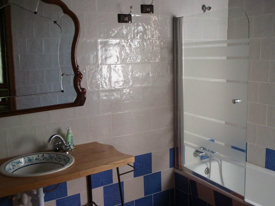 Molino Galochas: large, sparkly clean bathroom with great tub