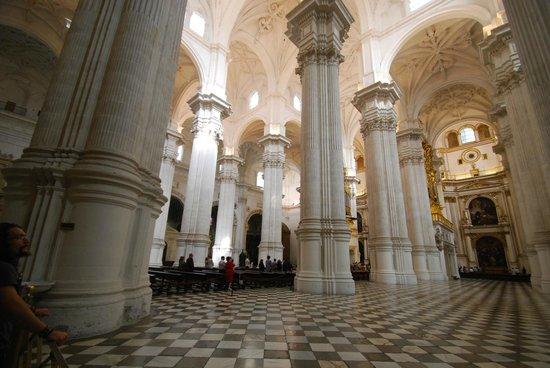 Catedral y Capilla Real: Impresionante bosque de columnas