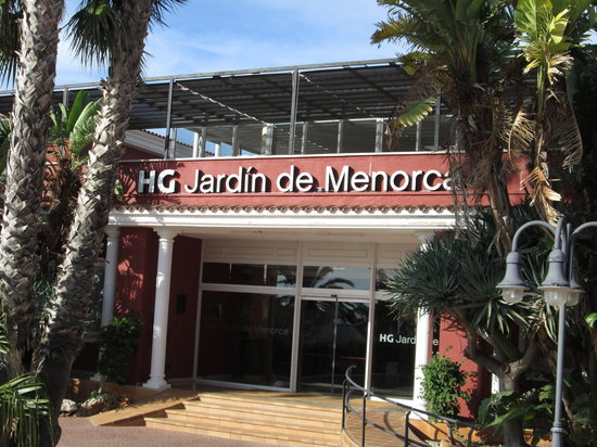 Aparthotel HG Jardin de Menorca: Hotel entrance with dining terrace above