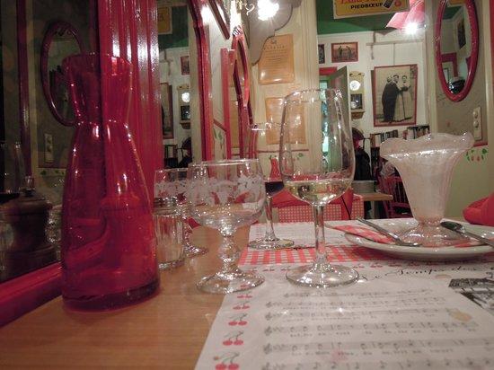 Le Temps des Cerises: table on restaurant